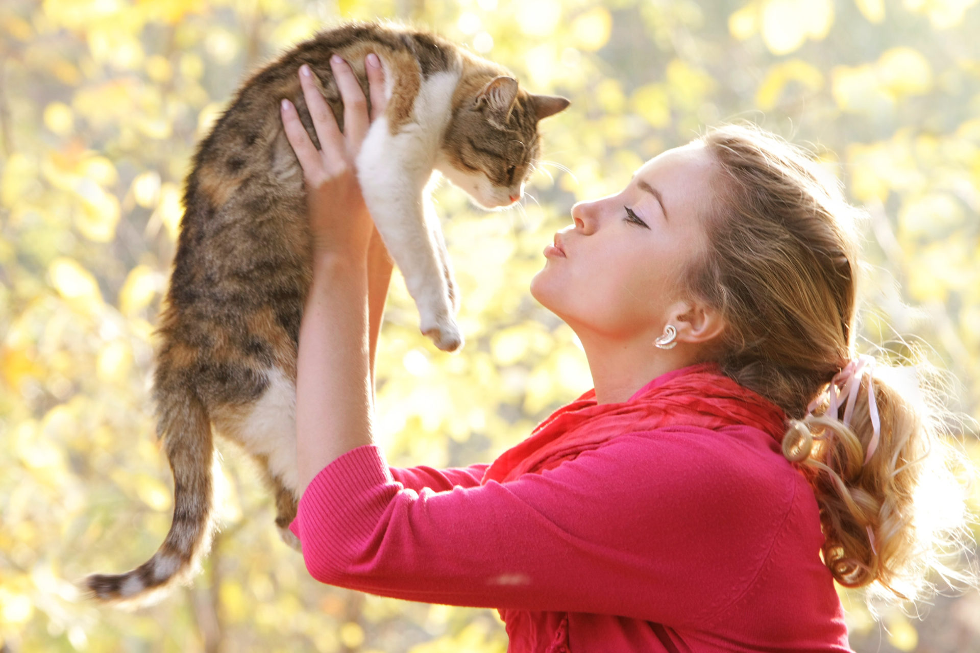 women kissing her cat